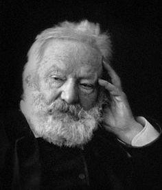 Victor Hugo est né le 26 février 1802 à Besançon et il est mort le 22 mai 1885 à Paris. Il est un poète, dramaturge et il est considéré un de les plus importants écrivains de la langue française.