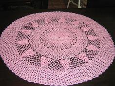 Feita manualmente em linha de seda esta toalha vai embelezar qualquer ambiente .Esta peça mede 88 cm de diâmetro. Disponíveis 1 branca e 1 rosa . Pode ser confeccionada em outras cores.