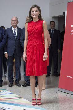 7bdbcb9f71c Robe de soirée courte · Styles de robes stars   célébrité · Queen Letizia  looked radiant in red upon her arrival for the Instituto Cervantes  board of