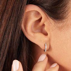Small Gold Or Silver Diamond Huggie Hoop Earrings Massives Silber oder massives Gold, kleine Diamant-Creolen Small Gold Hoops, Small Gold Hoop Earrings, Crystal Earrings, Silver Earrings, Silver Jewelry, Stud Earrings, Silver Ring, Fine Jewelry, Silver Hoops