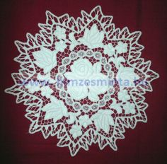 Fehérrel hímzett kalocsai mintás riseliős szőlőleveles kis terítő  29cmx29cm (443)