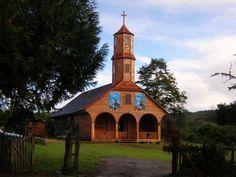 Iglesia de Colo – Chiloé, Chile – de finales del siglo XVIII / Los padres jesuitas dieron inicio en la construcción de estas iglesias de madera. Están declaradas como Patrimonio de la Humanidad / Las más antiguas todavía existentes datan del siglo XVIII y las más recientes del primer tercio del siglo XX