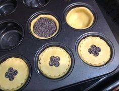 Křehké makové koláčky, krok 3: Troubu předehřejte na 190 stupňů, formu na muffinky vymažte máslem. Těsto vyválejte do tenka a vykrojte kolečka s průměrem o něco větším, než jsou otvory pro muffiny. Kolečky vyložte otvory formy, lehce přimáčkněte a naplňte makovou náplní. Ze zbytku těsta vykrojte kolečka o velikosti muffinového otvoru, vykrojte do nich třeba kytičku nebo hvězdičku a položte na makovou náplň. Lehce přimáčkněte. Dejte péct do vyhřáté trouby asi na 20 minut, až lehce zhnědnou. Poppy Seed Dessert, Muffins, Cheesecake, Pudding, Sweets, Breakfast, Desserts, Food, Anna