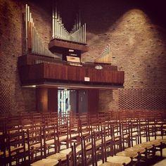 Eero Saarinen's 1955 MIT Chapel with altarpiece (1955) by Harry Bertoia