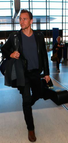 Tom Hiddleston departing on a flight at LAX airport in Los Angeles. Full size image: http://ww3.sinaimg.cn/large/6e14d388gw1ez8jm41b8mj22cg34onpd.jpg Source: Torrilla, Weibo