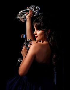 """Camila Cabello posa en el backstage con sus trofeos a 'Artista del Año' y al 'Vídeo del Año' por """"La Habana"""". Beautiful Celebrities, Beautiful People, Most Beautiful, Beautiful Women, Fifth Harmony, Latin Women, People Magazine, Just Girl Things, Female Singers"""