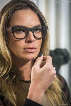 A atriz Leticia Birkheuer com óculos da coleção que leva sua assinatura.   oculos   5949747e96