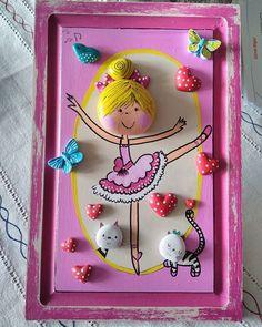 Η εικόνα ίσως περιέχει: 1 άτομο Stone Crafts, Rock Crafts, Diy Home Crafts, Crafts For Kids, Arts And Crafts, Pebble Painting, Stone Painting, Clay Art Projects, Rock And Pebbles