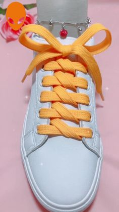 Useful shoelace guidance Ways To Lace Shoes, How To Tie Shoes, Ways To Tie Shoelaces, Sneakers Fashion, Fashion Shoes, Diy Clothes And Shoes, Diy Fashion Hacks, Creative Shoes, Shoe Crafts