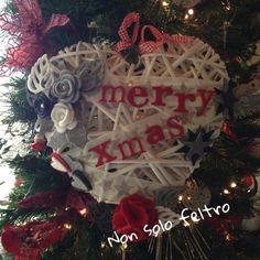 Fuoriporta natalizio in rattan bianco. Cuore grande