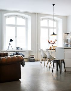 Big window // tufted couch & mod chairs