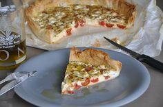 Griekse taart met fetakaas, tomaat en oregano