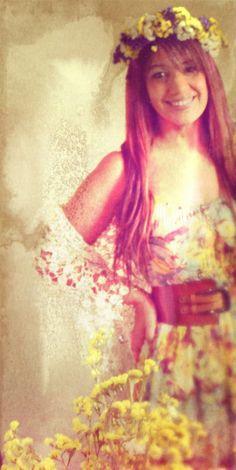 Casaco de renda, coroa de flores, vestido da Natura e cinturão da Ana Sousa