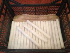 V prípade, že škáry medzi dlaždicami sú neustále znečistené, použite jednoduchý trik: Vyčistite ich jedným z predošlých tipov, nechajte vyschnúť a potrite bežnou parafínovou sviečkou.