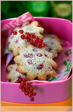 Lemongrass, Vanilla & Red Currant Cakes (La Tartine Gourmande) I wait for currants every year... Mmmmm
