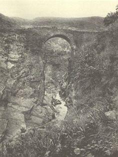 Primitivo puente de piedra sobre el río Navia que había en el hoy inundado pueblo de Salime
