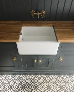 Interiors - Utility Boot Room - Roses and Rolltops Belfast Sink Oak Worktop, Oak Worktops, English Country Kitchens, English Country Decor, Butler Sink, Oak Bench, Roll Top Bath, Farm Sink, Laundry Room Design