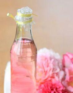 Como fazer água de rosas. A água de rosas tem vindo a multiplicar os seus usos tanto na área da beleza como da saúde. A água de rosas contém propriedades adstringentes, respiratórias, para a pele e também digestivas. Ela pode ...