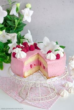 Jeśli ktoś z Waszych bliskich obchodzi w najbliższym czasie urodziny, to z pewnością ten malinowy tort sprawi solenizantowi wiele radości i będzie dla niego