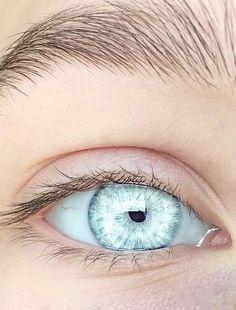 best eye makeup for central heterochromia eyecolor gold & blue Pale Blue Eyes, Light Blue Eyes, White Eyes, Green Eyes, Crystal Blue Eyes, Blue Eyes Man, Ocean Blue Eyes, Aqua Eyes, Blue Grey