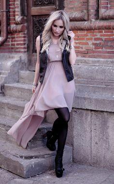 Robe rose + veste noire sans manche