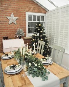 Simple budget ways to decorate your home for Christmas and create stylish decor to be proud of. Using dried fruit and artificial foliage to decorate your dining table for Christmas and style your place settings in a simple traditional style Christmas Dining Table, Christmas Table Settings, Christmas Table Decorations, Christmas Place Setting, Christmas On A Budget, Simple Christmas, Christmas Home, Magical Christmas, Christmas Ideas