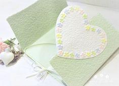 Machen Sie Ihrer Mama eine kleine Freude mit dieser besonderen, handgemachten Karte. Es sind viele Farben erhältlich. Die Karte besteht aus handgeschöpftem Papier, welches ich mit viel Liebe selbst schöpfe. Sie wird mit einem Umschlag und einem Einlegeblatt aus Transparentpapier geliefert. Eine Individualisierung mit einem Wunsch-Titel kann ebenfalls gewählt weden.  #Glückwunschkarte #Muttertag #Blumen #Herz #pastell #lilimo #Muttertagskarte #bestemama #bestmom #liebe #blümchen #danke #mama Beste Mama, Home Decor, Paper, Pastel, Glee, Heart, Love, Cards, Decoration Home