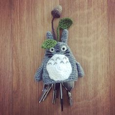 Here is my new pattern to make a beautiful Key Cosy in shape of a Totoro. We never have enough of Totoro's poetry in our daily life, do we ? Here you'll find i