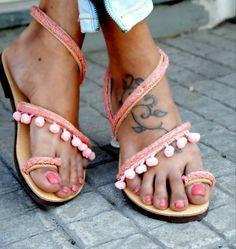 Χειροποίητα σανδάλια από γνήσιο δέρμα στολισμένα με καραβόσκοινο και πον - πον.  http://handmadecollectionqueens.com/Δερματινα-Σανδαλια-απο-καραβοσκοινο-και-πον-πον  #handmade #fashion #women #sandals #summer #footwear #storiesforqueens