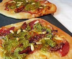 Smá-pizzur með salami, mozzarella, þurrkuðum fíkjum og grænu pestói