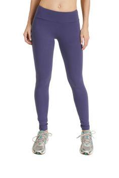 Calça para atividades esportivas, com modelagem básica, em tecido tecnológico, com alta porcentagem de elastano, que confere conforto para a prática de exercícios físicos.