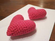 Virkkausohjetta sydämeen on kyselty minulta jonkin verran, joten ajattelin sen naputella tänne ylös, jos muutkin haluavat virkata oman sydä... Crochet Stitches, Crochet Patterns, Pacifier Holder, Diy Projects To Try, Diy Crochet, Handicraft, Diy And Crafts, Knitting, Handmade