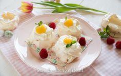 Dit dessert zit er niet alleen prachtig uit, het smaakt ook fantastisch! Bros, krokant eiwitschuim (meringue) wordt feestelijk bedekt met verse slagroom