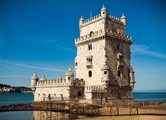 De mooie, witte Torre de Belém is vanaf alle kanten een prachtig bouwwerk. Het staat symbool voor de vele ontdekkingsreizigers die vanaf hier de Atlantische Oceaan zijn opgevaren. (1993)