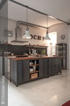 Like open kitchen and industrial look. Industrial Kitchen Design, Vintage Industrial Decor, Industrial House, Industrial Interiors, Interior Design Living Room, Barn Kitchen, New Kitchen, Kitchen Dining, Kitchen Decor