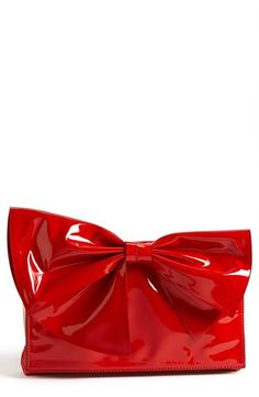 Red shiny bow clutch by Valentino. I have one that looks almost the same as this one! Red Fashion, Fashion Bags, London Fashion, Silhouette Mode, Valentino Red, Valentino Handbags, Valentino Couture, Bow Clutch, Design Portfolios