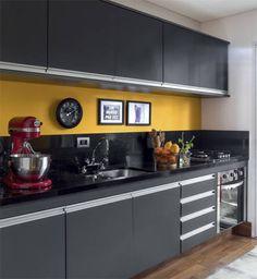 Cozinha preta, cinza e amarela