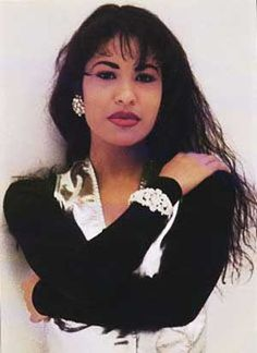 Selena Quintanilla-Pérez: April 1971 – March Known as Selena, she was an American singer-songwriter, fashion designer and entrepreneur. Received numerous awards for her Tejano performances over her too short musical career. ~Thank you, Selena~ Selena Quintanilla Perez, Selena Pictures, Selena Pics, Musica Disco, Before Us, Queen, Celebs, Celebrities, Jennifer Lopez