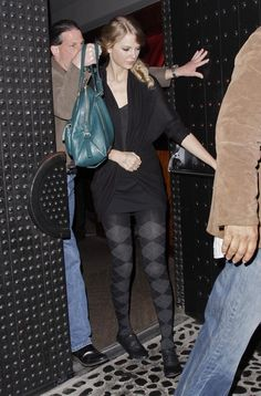 Taylor Swift Photos - Taylor Swift and Taylor Lautner spotted leaving dinner at Benihana and heading over to Menchies Yogurt for some ice cream in Beverly Hills, CA. - Taylor Swift And Taylor Lautner Getting Some Ice Cream Taylor Swift Outfits, Taylor Swift Web, Taylor Swift Pictures, Black Pantyhose, Black Tights, Nylons, Taylors Falls, Swift Photo, Sexy Legs And Heels