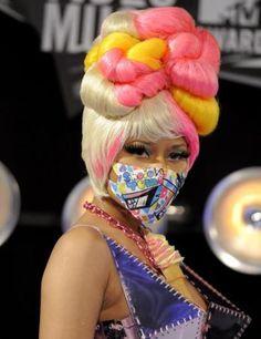 (LaPresse) - Buffa, eccentrica, kitsch. E' Nicki Minaj, effervescente rapper statunitense che fa del look eccessivo il suo marchio di fabbrica. Si addobba senza vergogna con acconciature impossibili, accostamenti improbabili, trucco vistoso, colori sgargianti, in un turbine di aggressivit