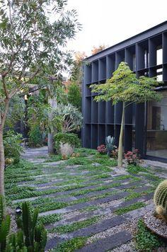 Natural Garden Paths for your Backyard - Architecturehd Back Gardens, Small Gardens, Outdoor Gardens, Australian Garden, Garden Architecture, Cathedral Architecture, Modern Architecture, Garden Signs, Natural Garden