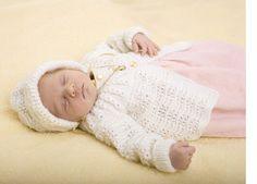 Klassisk babysæt med fine mønstre - jakke med rundt bærestykke og den yndigste kyse med ombukket kant