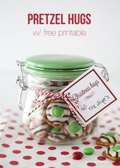 Love this Christmas gift idea. Pretzel hugs gift idea with free printable