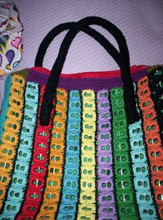 - Crocheted using soda pop tabs - Sob encomenda by Raios de Luz… Soda Tab Crafts, Can Tab Crafts, Pop Top Crafts, Pop Tab Purse, Pop Can Tabs, Soda Tabs, Pop Cans, Crochet Purses, Recycled Crafts