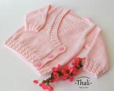 Um corpete em estilo waister inspirado no modelo para préma. Knitting For Kids, Baby Knitting Patterns, Baby Patterns, Knitting Projects, Cardigan Bebe, Wrap Cardigan, Baby Cardigan, Baby Cache, Tricot Baby