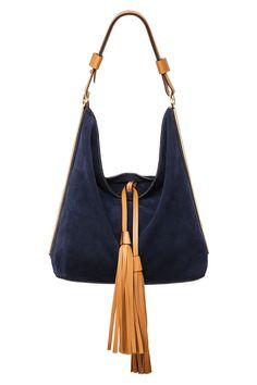 Bolso de ante azul marino y cierre con dos grandes borlas de piel en contraste, de Marni.