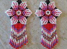 Mexican Huichol Flower Earrings White Pink Red Purple Beaded Flowers Patterns, Beaded Earrings Patterns, Peyote Patterns, Seed Bead Earrings, Flower Earrings, Beaded Bracelets, Red Purple, Pink, Parts Of A Flower