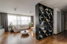 Ótima ideia usar uma estante linda e espaçosa para separa ambientes. -