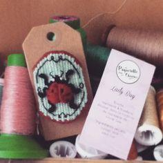 Broche en tapisserie lady-bug coccinelle broche collection cabinet de curiosité *Une pâquerette dans les cheveux*
