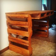 Pallet desk Pallet Desk, Pallet Furniture, Pvc Pipe Projects, Pallet Projects, Dyi Bookshelves, Classic Office Furniture, Wood Oven, Pallet Creations, Decoration